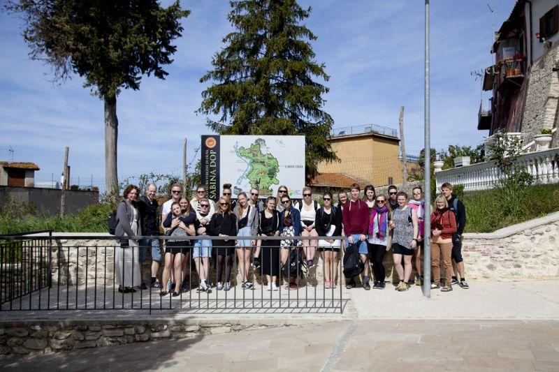 Tutti in posa davanti alla sede dell'Università Agraria di Corese Terra, sita in un antico palazzo nobiliare